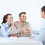 Junges Paar bedankt sich bei Berater