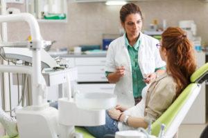 Zahnärztin und Patientin in einer Zahnarztpraxis