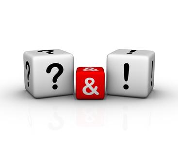 Zwei Würfel mit Fragezeichen und Ausrufungszeichen