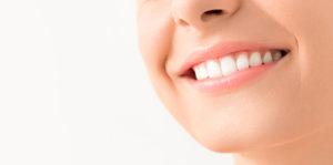 Lächelnde Person zeigt weiße Zähne