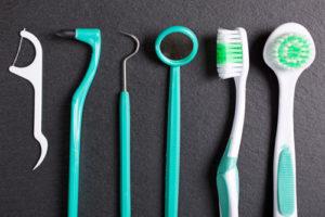 Verschiedene Zahnpflege-Hilfen