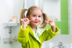 Kleines Mädchen putzt Zähne